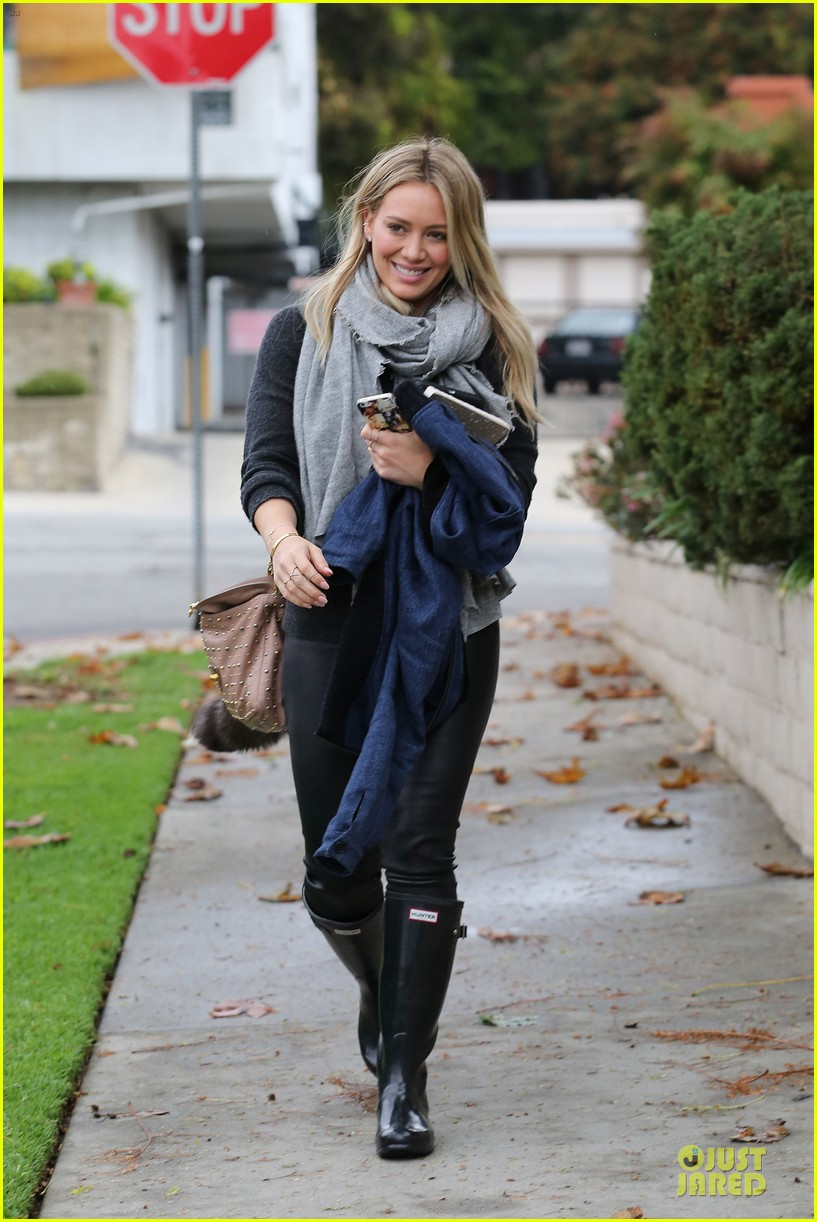 hilary duff gets pretty flowers from someone who loves her 10