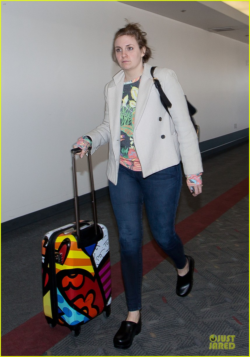 lena dunham allison williams fly out of lax 01