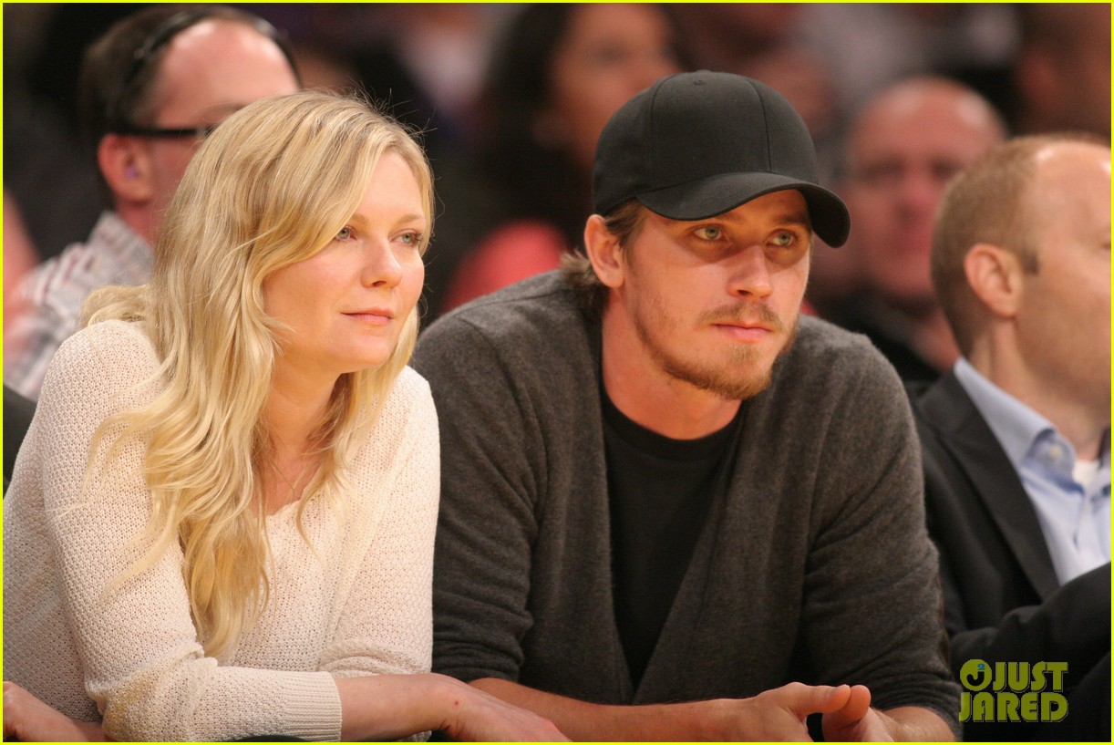 kirsten dunst garrett hedlund date night at the lakers 02