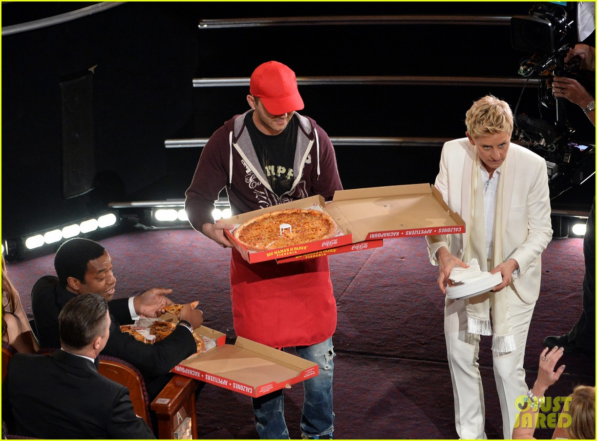 ellen degeneres serves pizza to celebs at oscars 2014 video 053064219