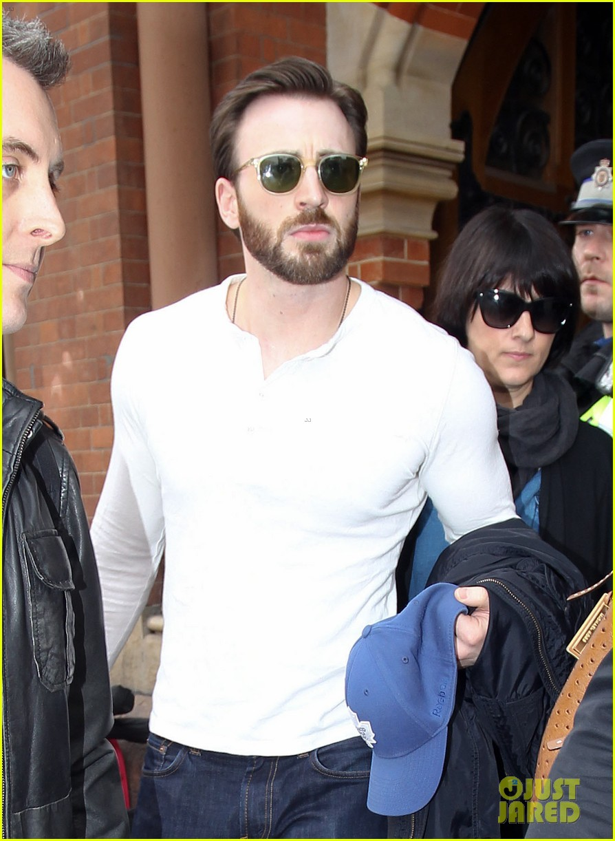 chris evans makes us swoon as he arrives in london 033074930