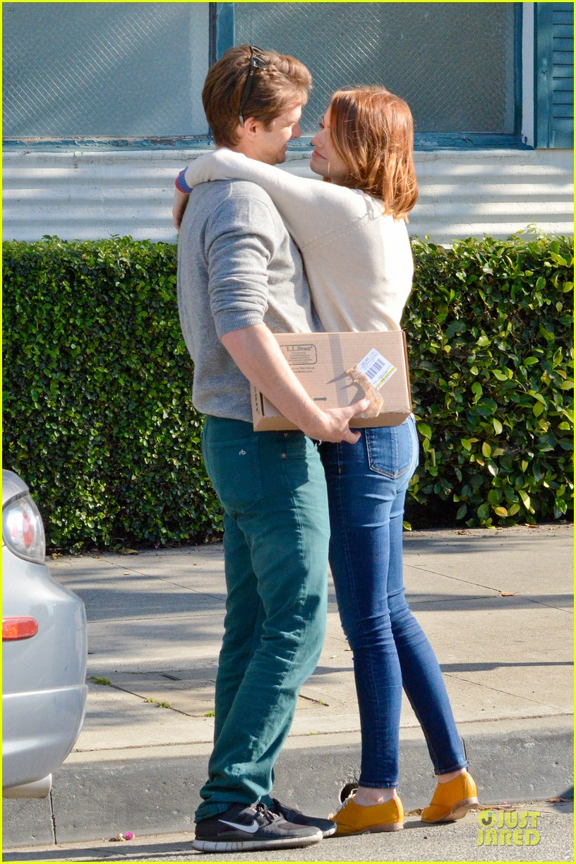 andrew garfield emma stone kiss during errand run 01