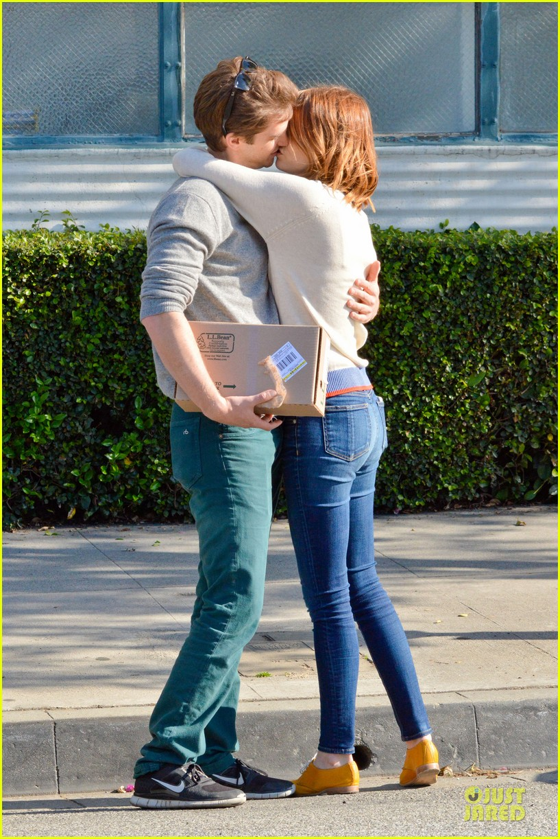 andrew garfield emma stone kiss during errand run 033072355