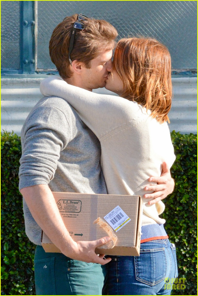 andrew garfield emma stone kiss during errand run 06