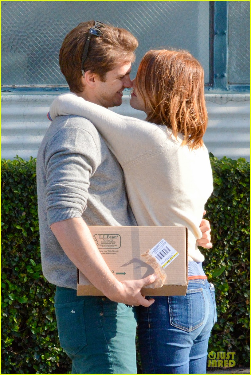 andrew garfield emma stone kiss during errand run 13