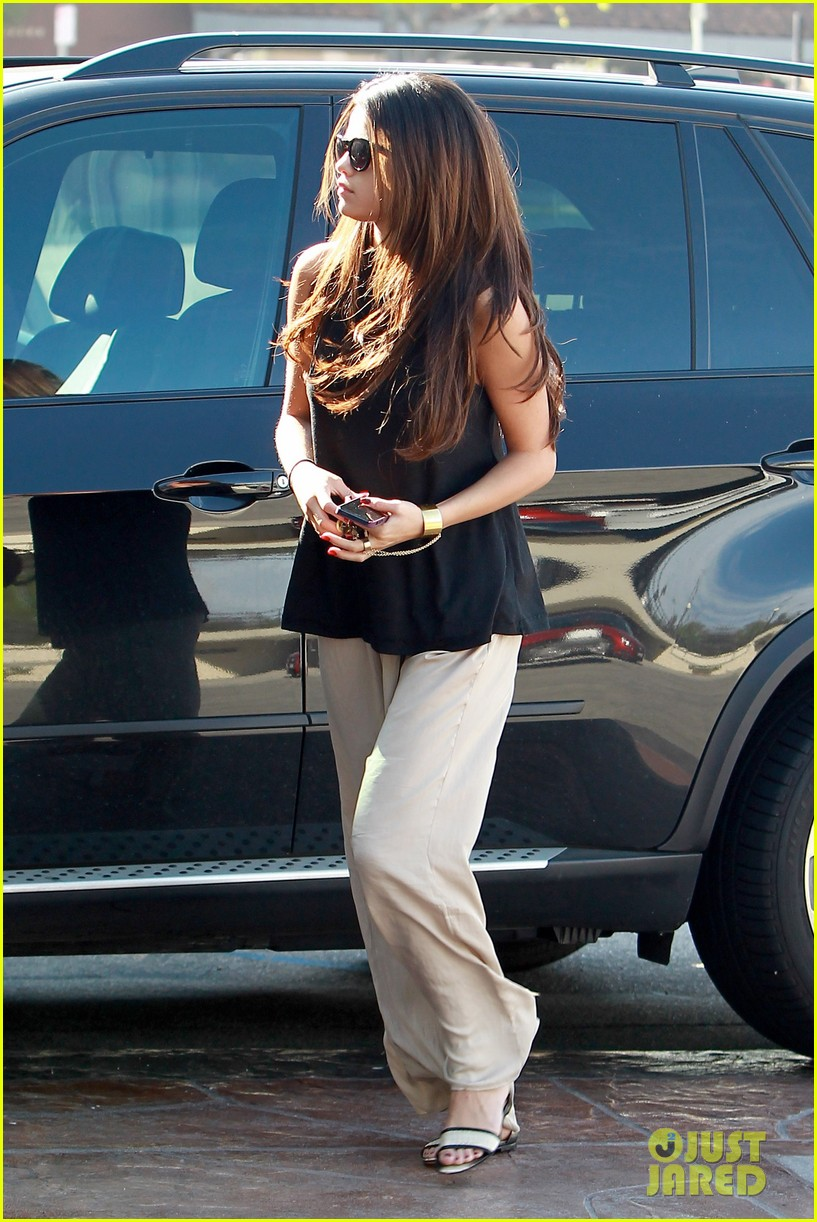 selena gomez emerges after justin biebers instagram post 10