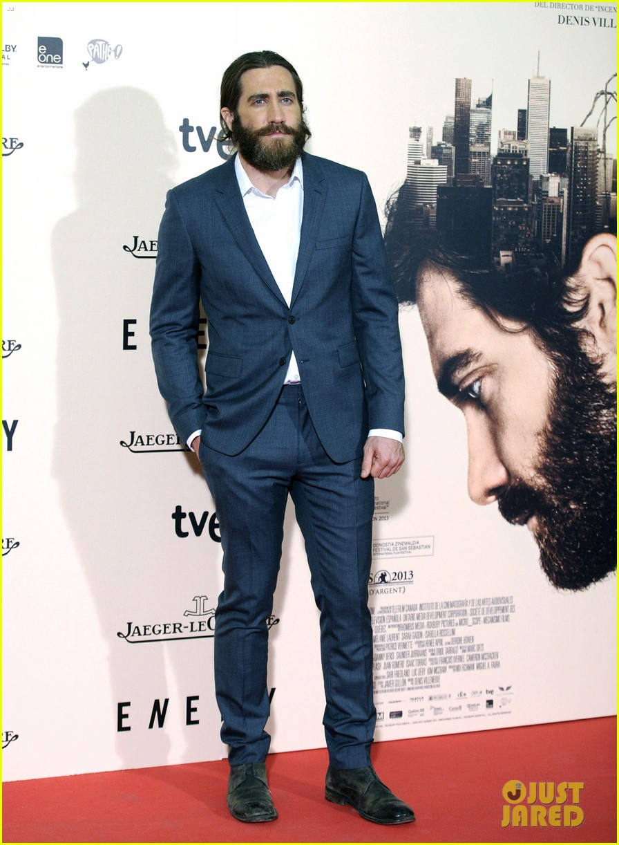 jake gyllenhaal suits up for enemy premiere in madrid 013075563