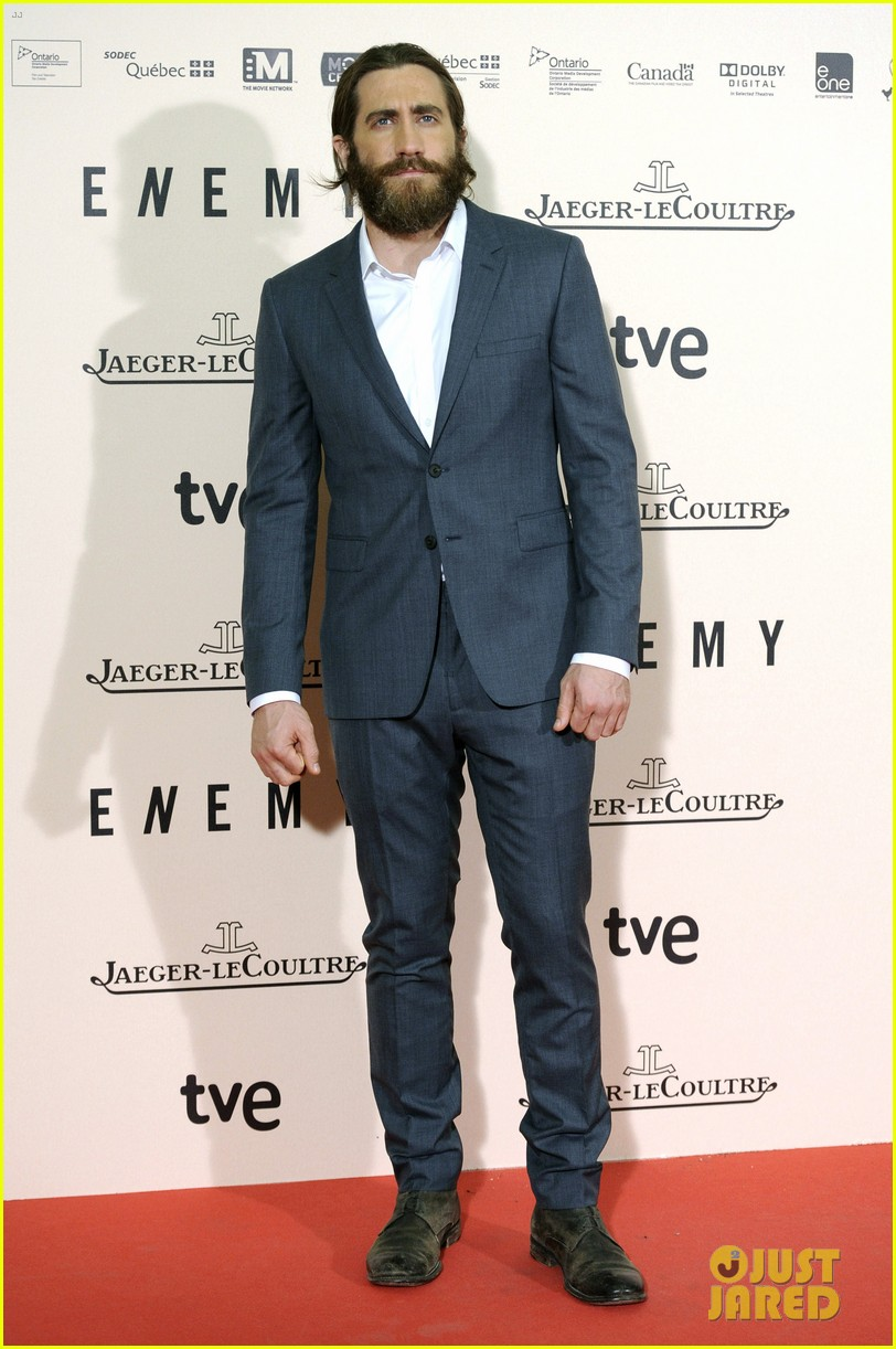 jake gyllenhaal suits up for enemy premiere in madrid 08