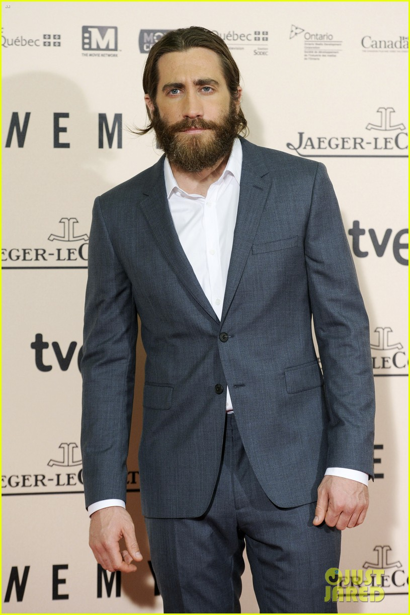 jake gyllenhaal suits up for enemy premiere in madrid 09