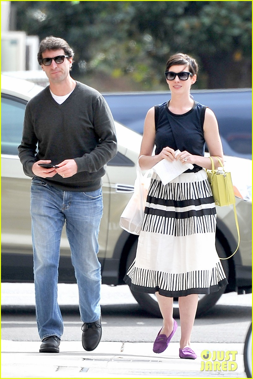 anne hathaway is black white chic for lunch with a pal 03