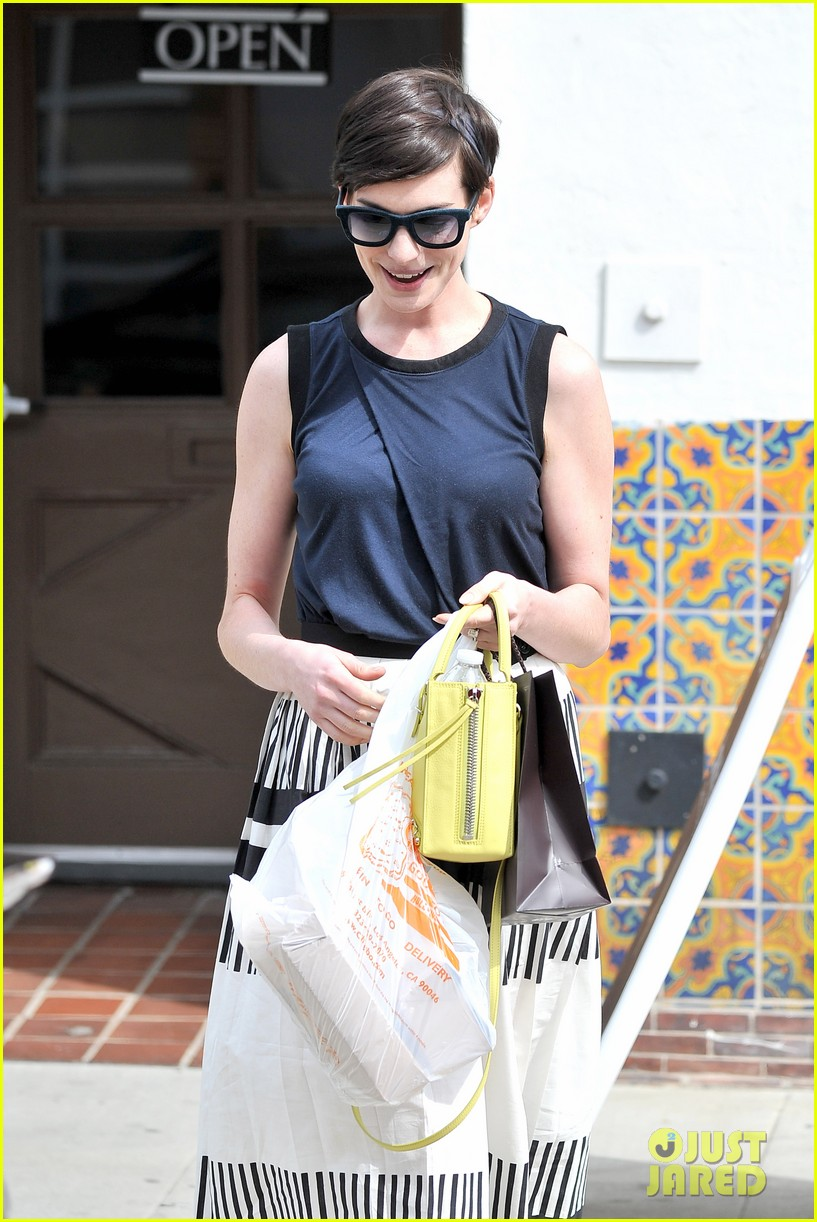 anne hathaway is black white chic for lunch with a pal 04