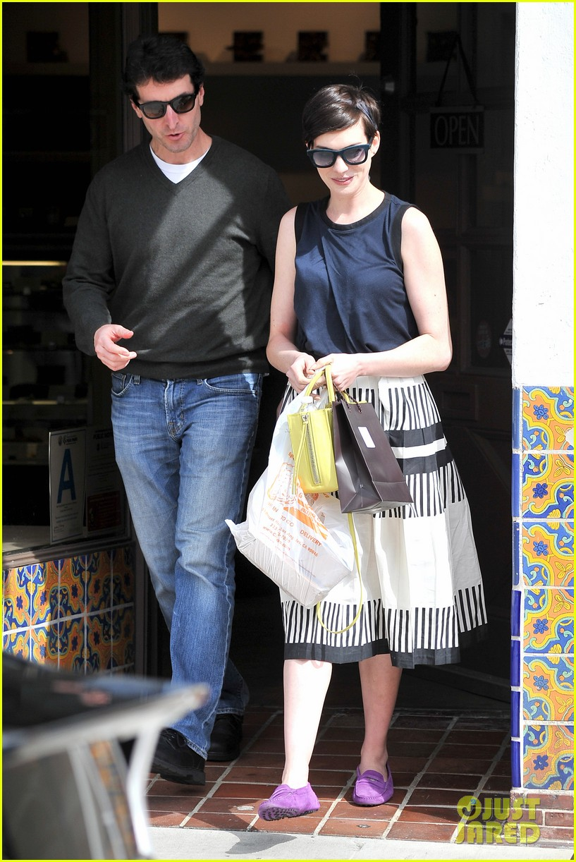 anne hathaway is black white chic for lunch with a pal 09