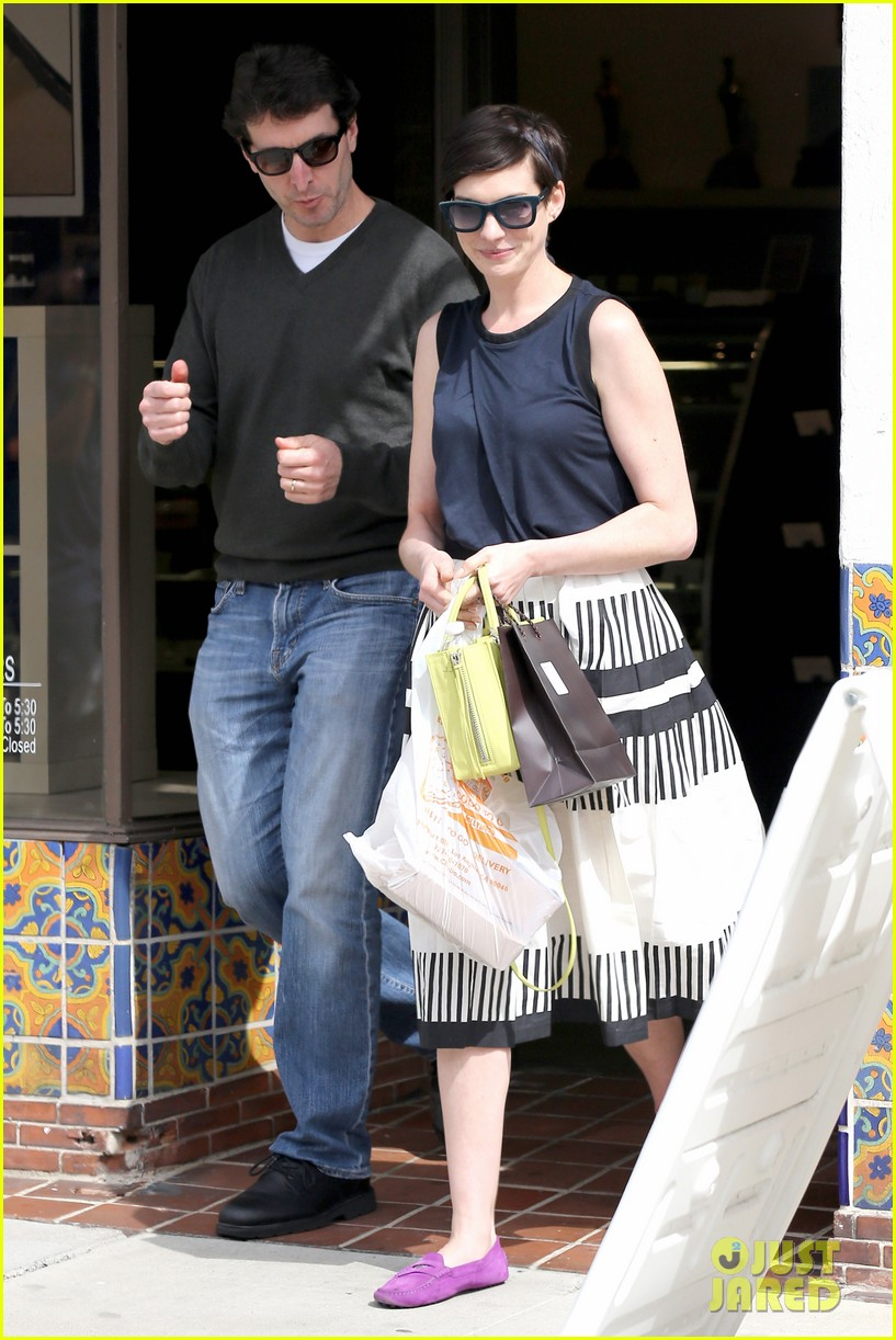 anne hathaway is black white chic for lunch with a pal 12