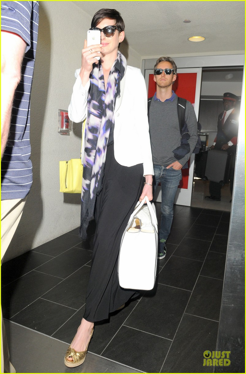anne hathaway records at lax airport 05