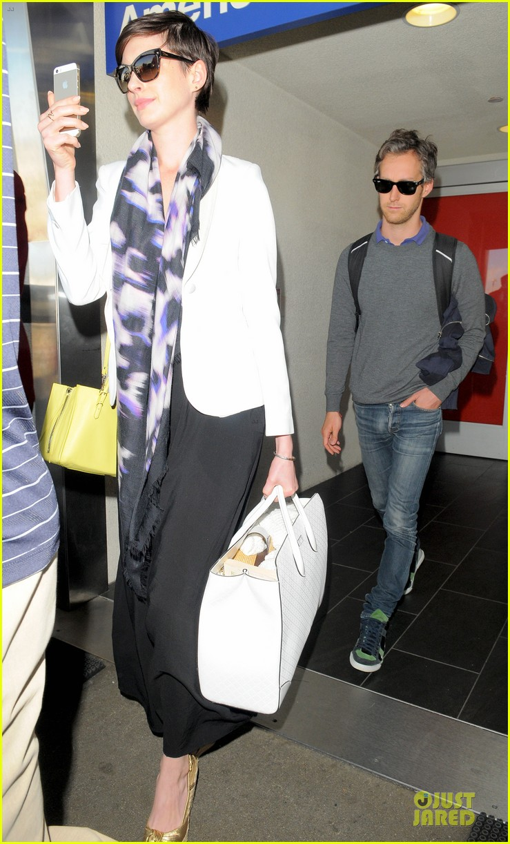 anne hathaway records at lax airport 06