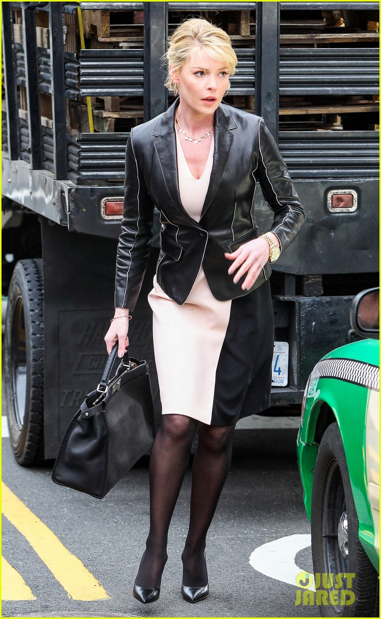 katherine heigl cannot stop smiling on state of affairs set 083078842