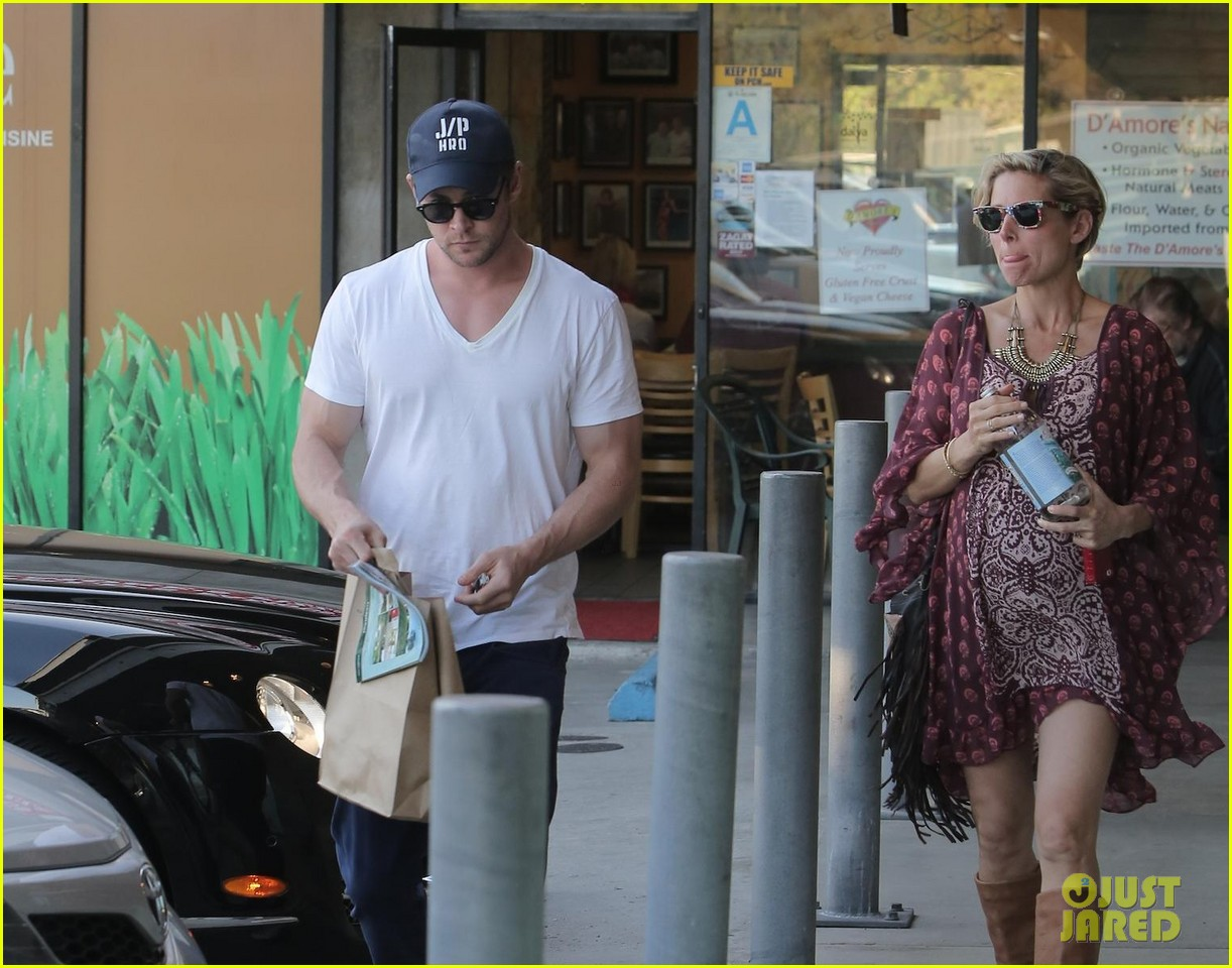 chris hemsworth elsa pataky enjoy lunch date 04