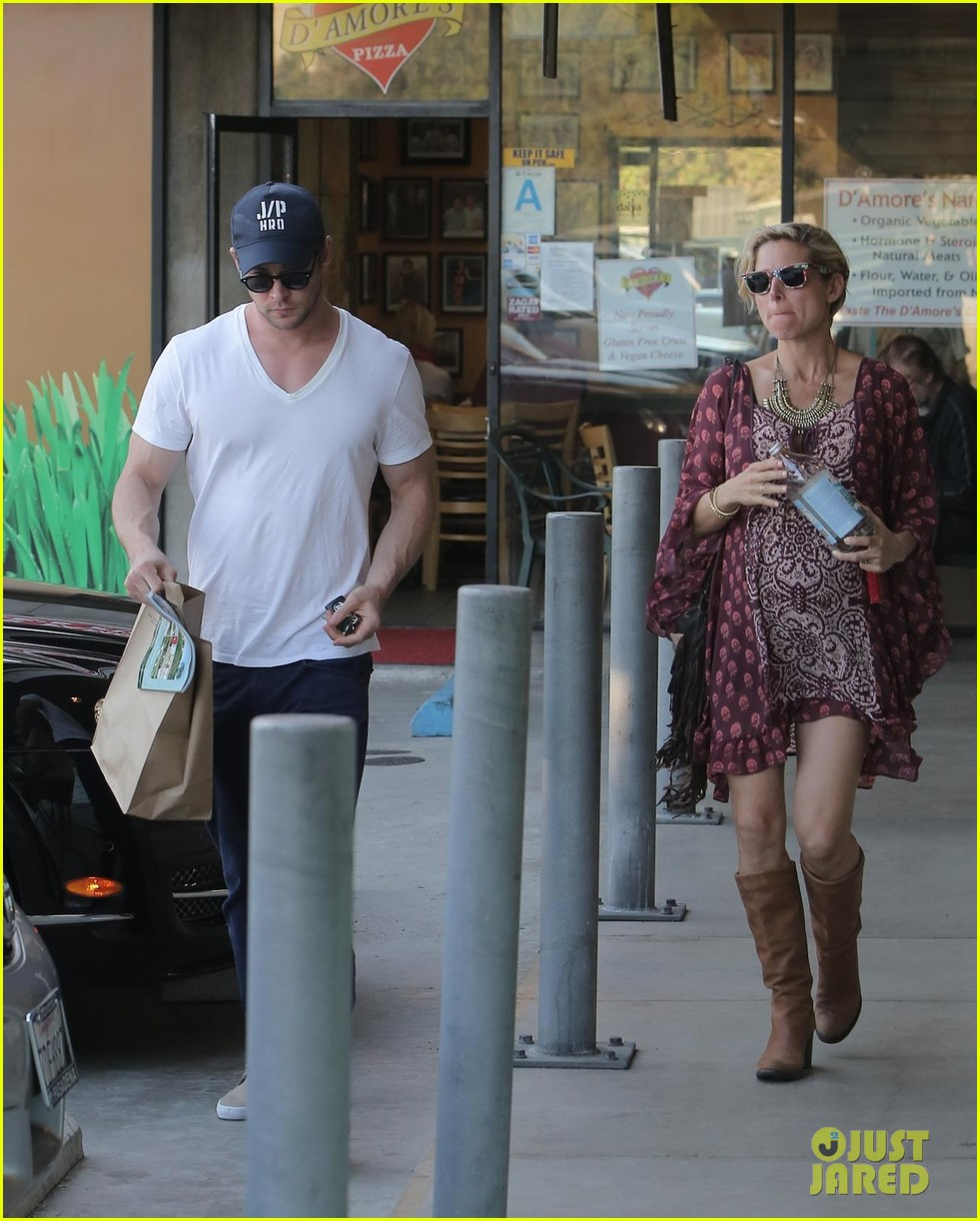 chris hemsworth elsa pataky enjoy lunch date 22
