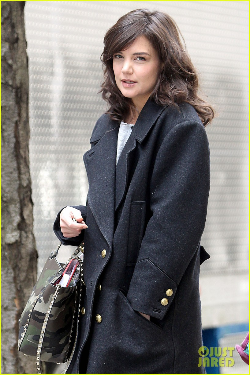 katie holmes prepares for her return to television on set 01