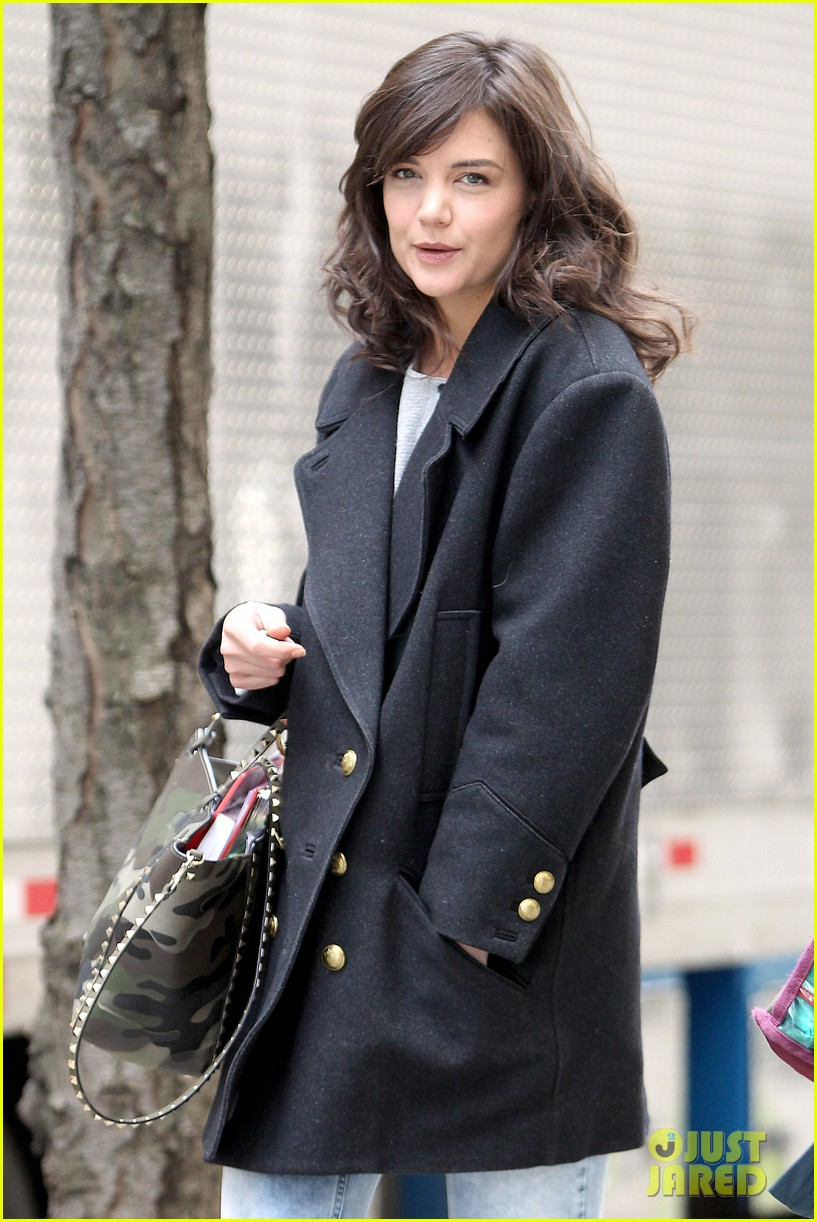 katie holmes prepares for her return to television on set 033079853
