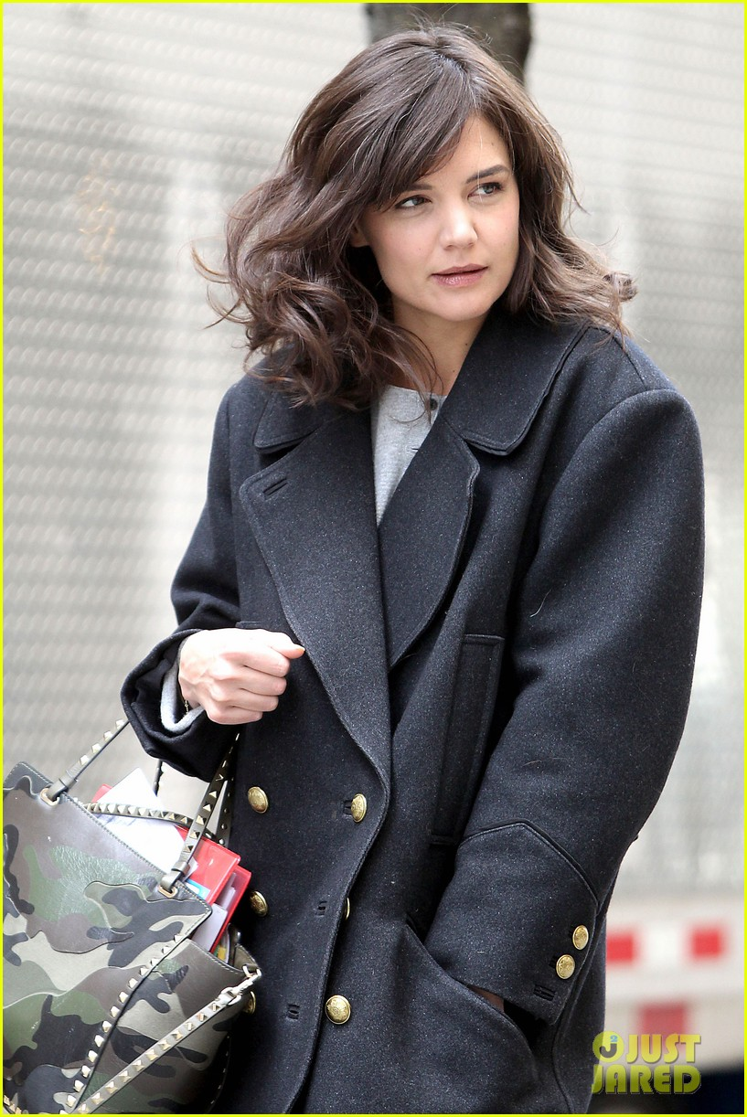 katie holmes prepares for her return to television on set 063079856
