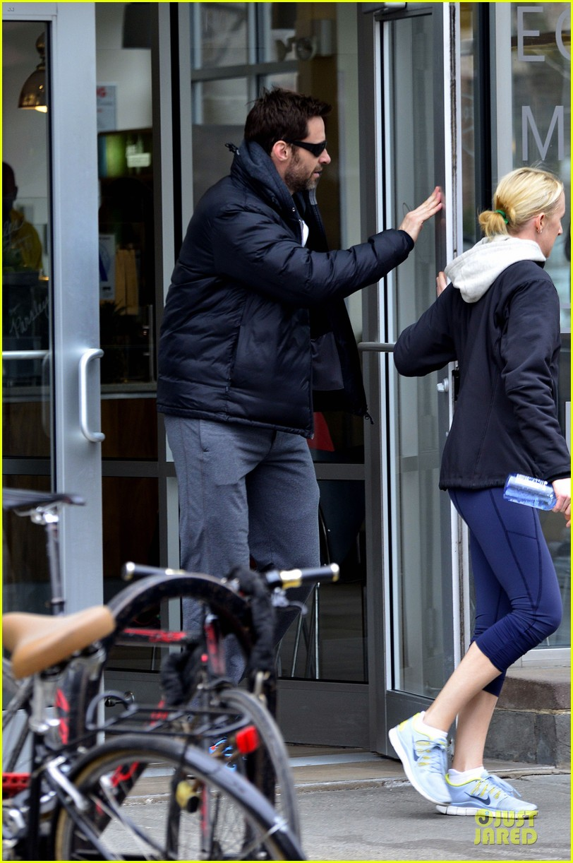 hugh jackman gives a sweet kiss to deborra 01