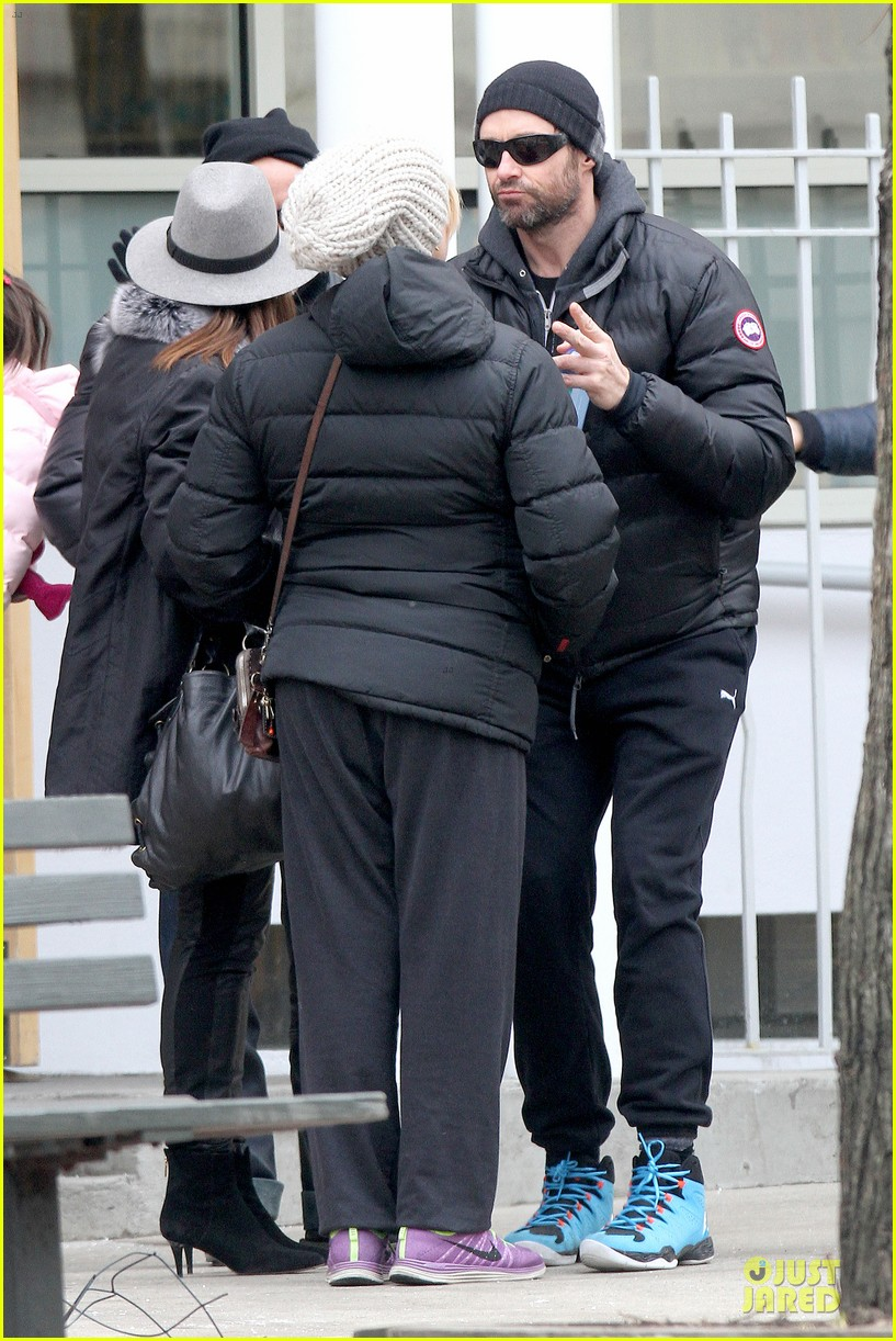 hugh jackman gives a sweet kiss to deborra 08