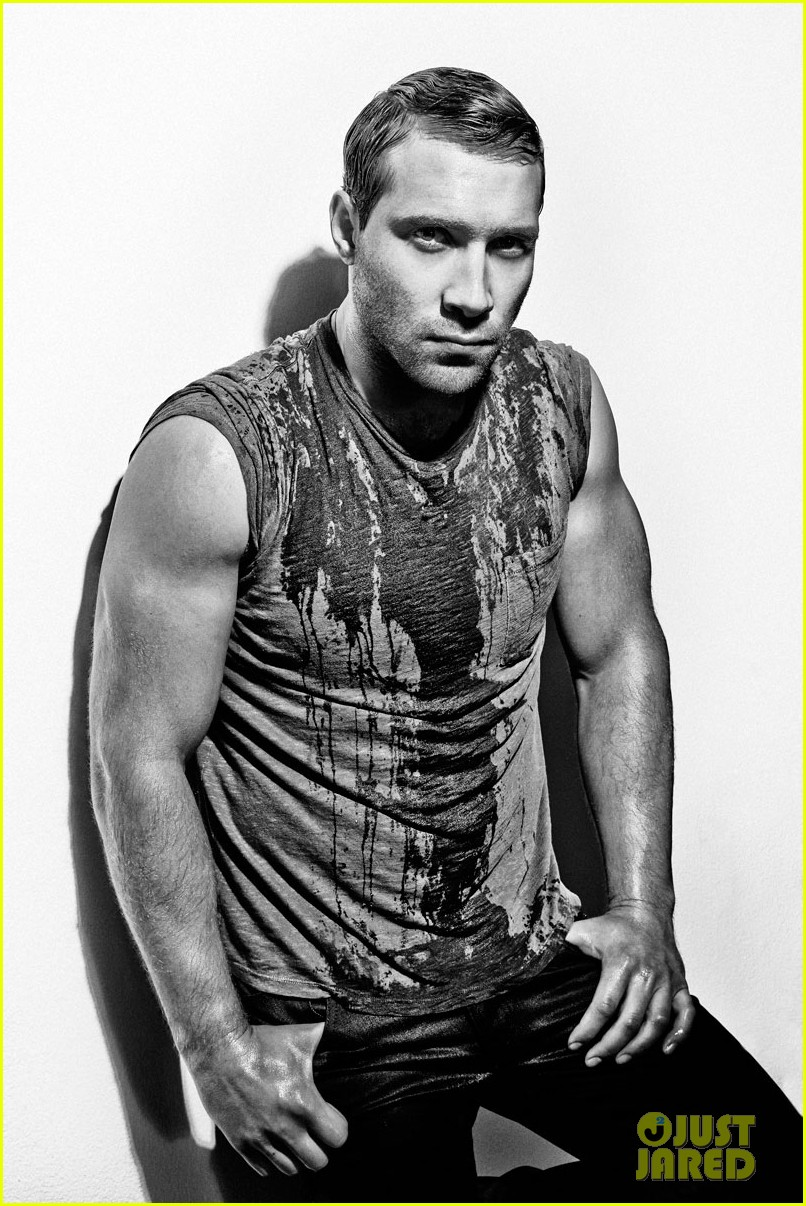 divergents jai courtney displays ripped arms for flaunt feature 023066996