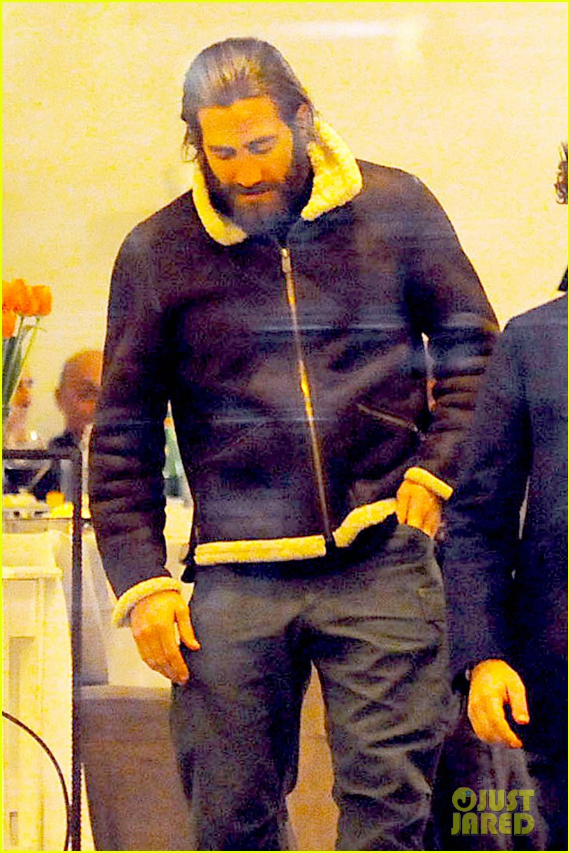 jake gyllenhaal dines out with mystery gal in rome 04