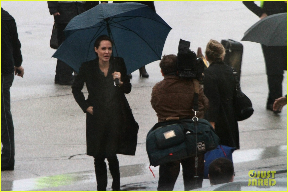 angelina jolie lands in rainy sarejevo with william hague 04