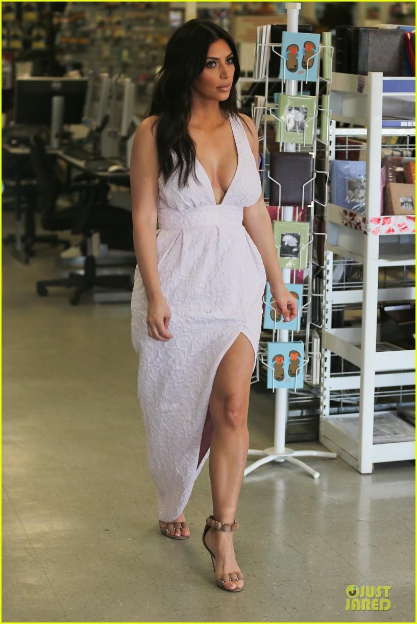 kim kardashian cameras flashing with legs 01