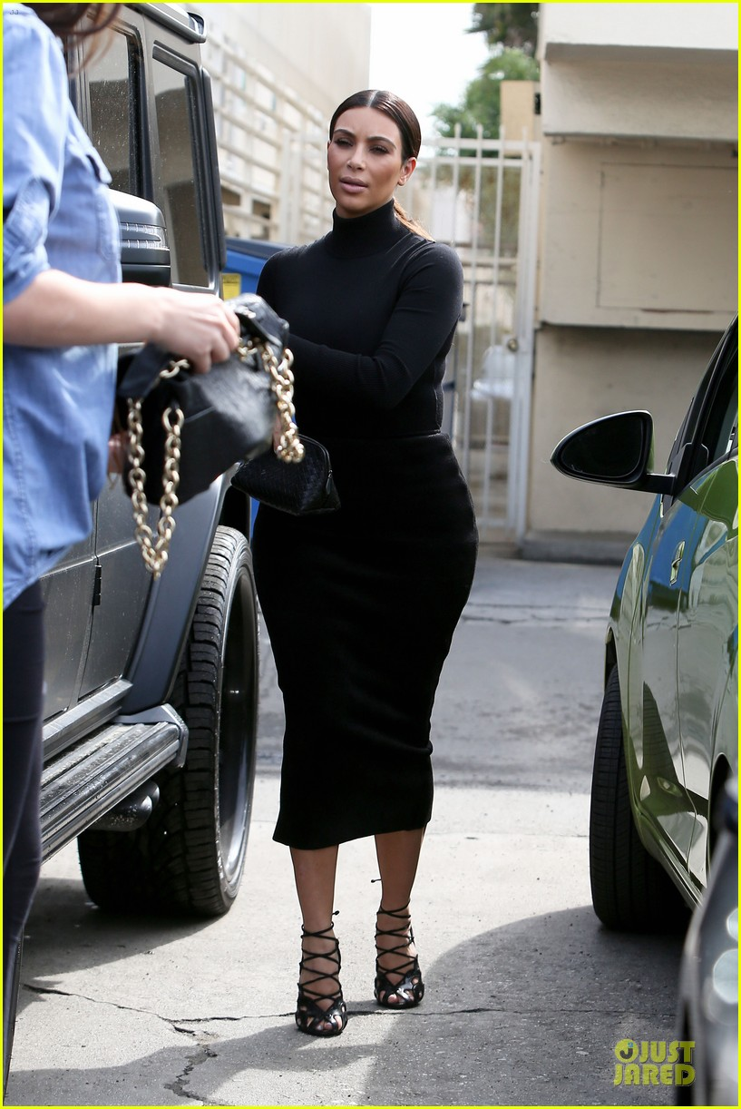 kim kardashian shows off her curves at joans 053065499