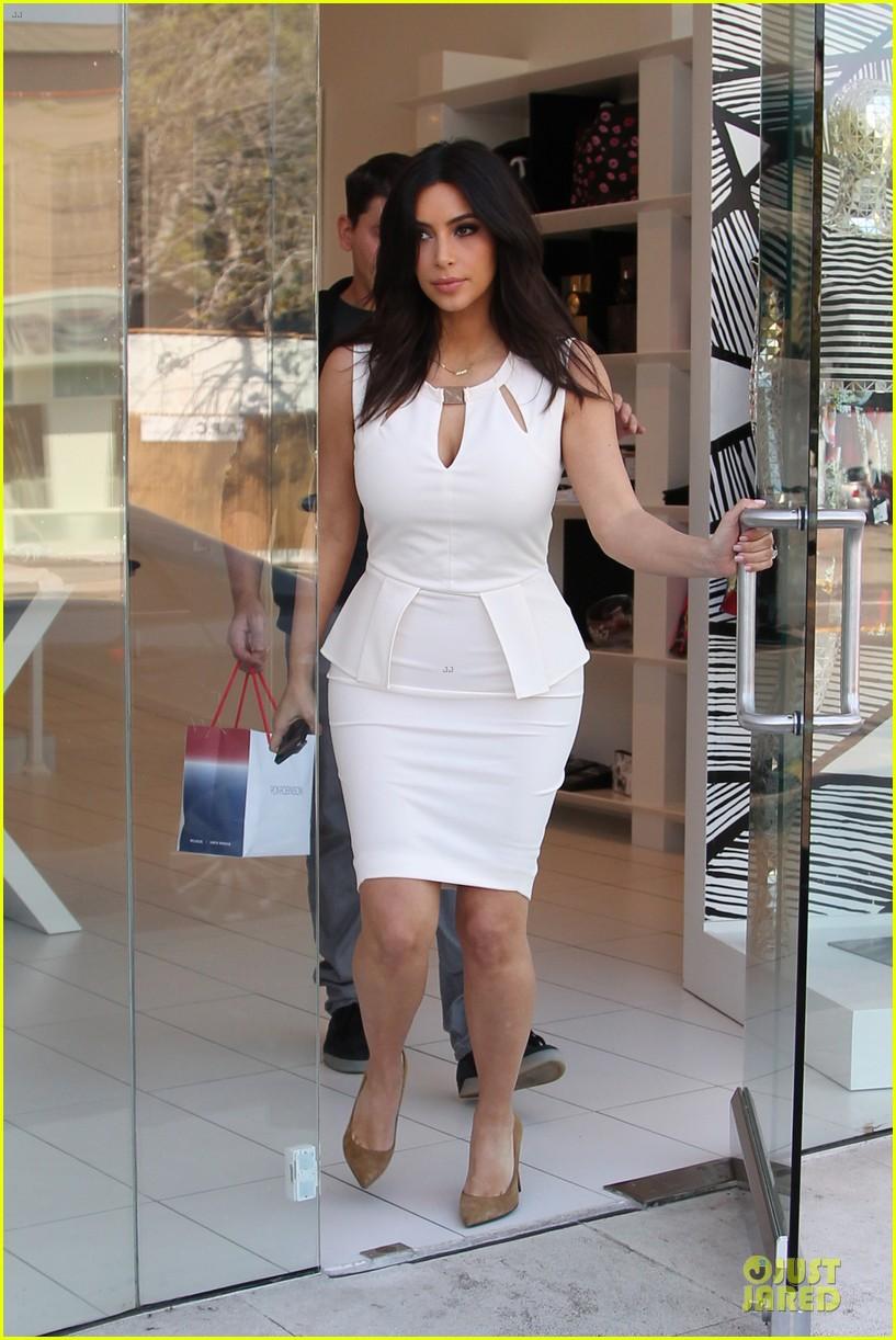 kim kardashian checks on dash store 013073472