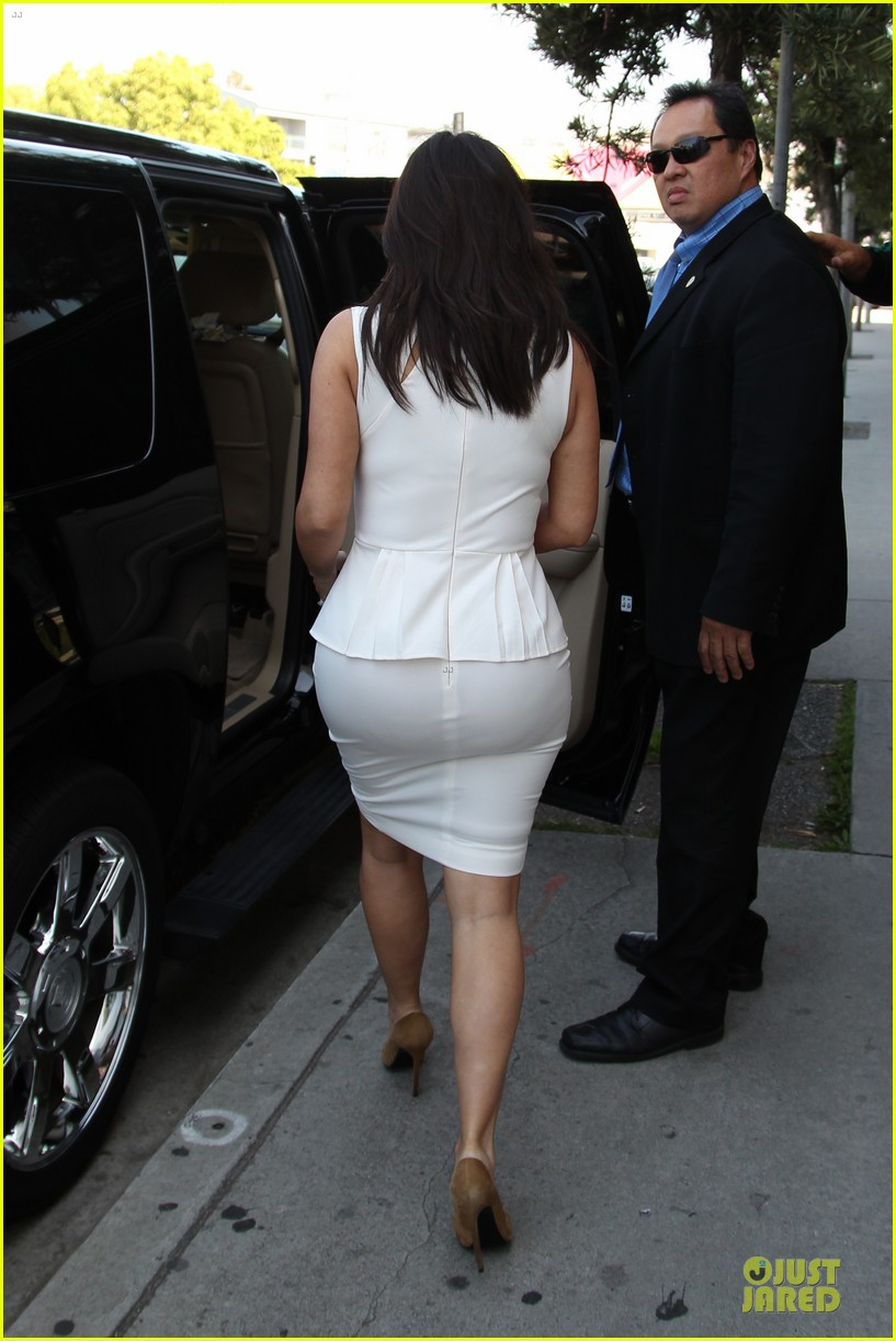 kim kardashian checks on dash store 05