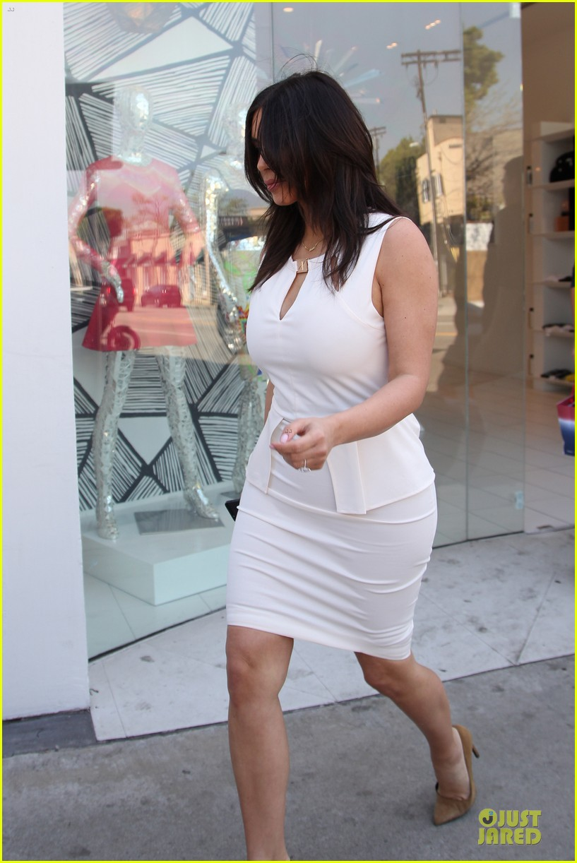 kim kardashian checks on dash store 123073483