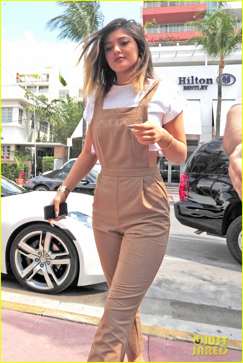 kim kardashian steals kylie jenners bikini 08
