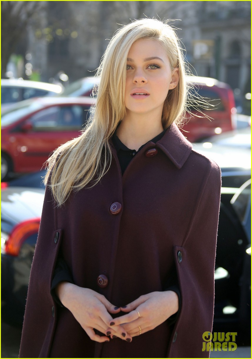 kate mara nicola peltz louis vuitton fashion show 023066491
