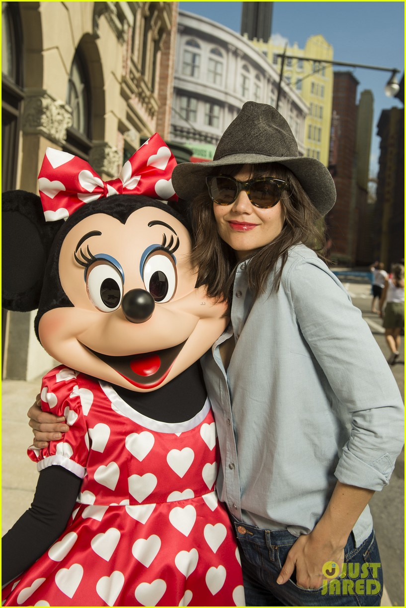 katie holmes poses minnie mouse walt disney world 023072906