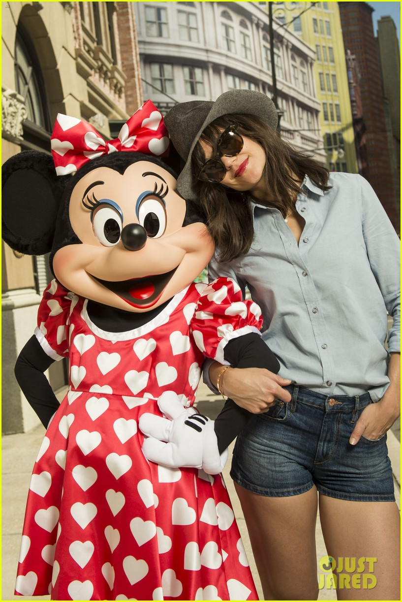katie holmes poses minnie mouse walt disney world 043072908