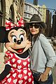 katie holmes poses minnie mouse walt disney world 02
