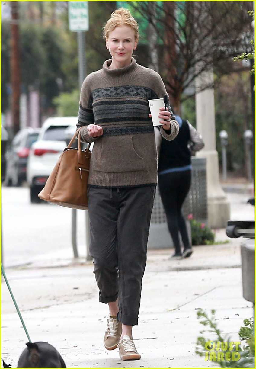 nicole kidman runs errands town before the oscars 01