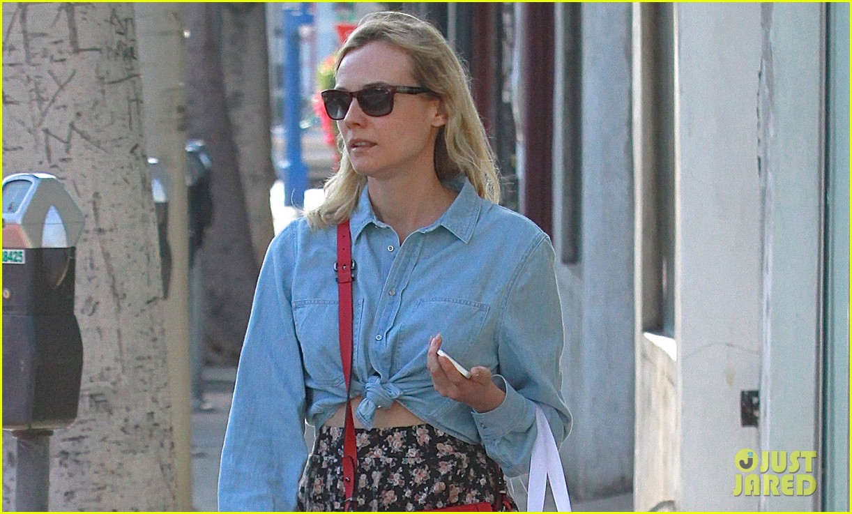 diane kruger ties up her shirt to reveal flat toned stomach 02