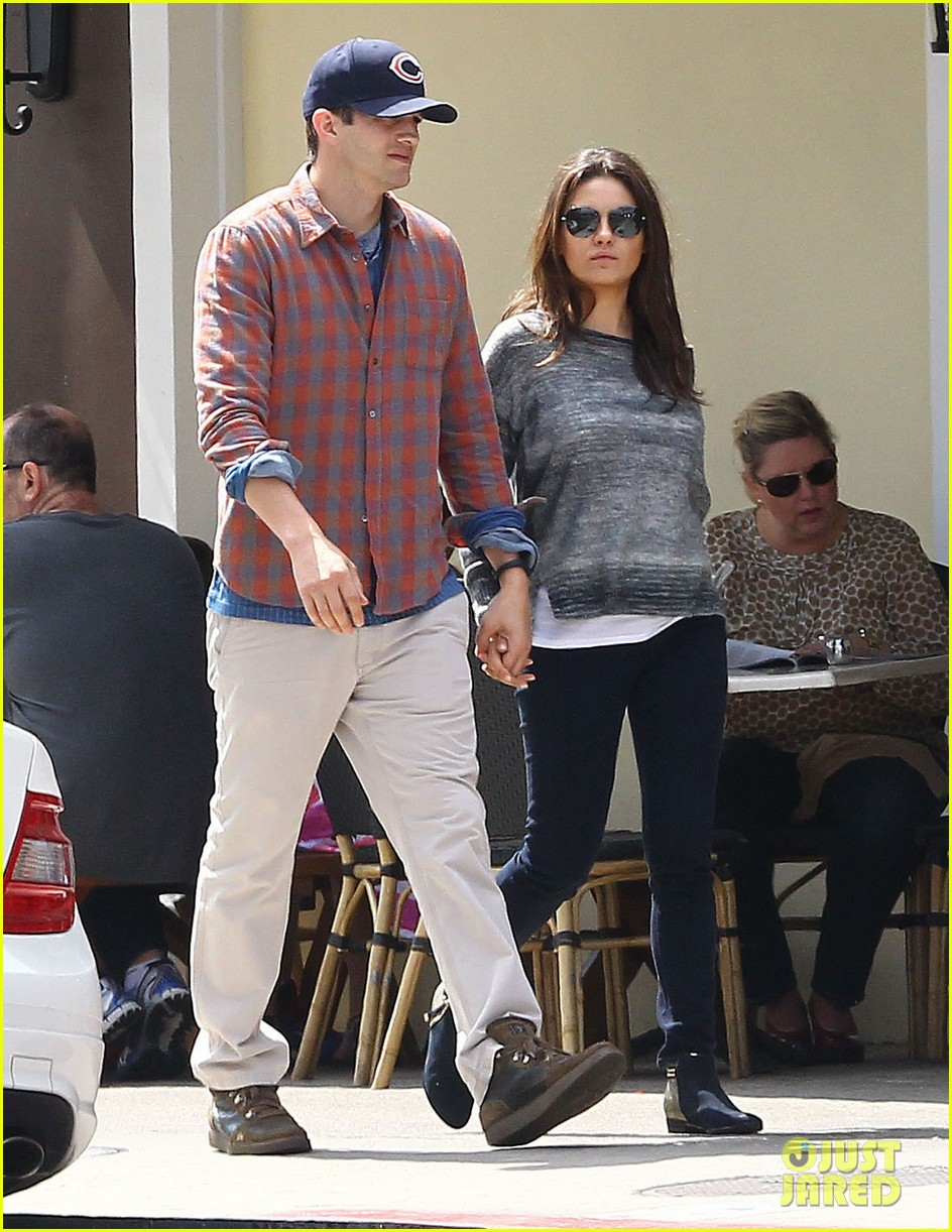 mila kunis ashton kutcher hold hands pregnancy rumors 01