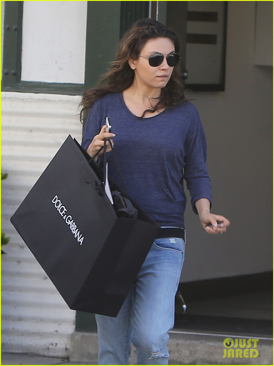 mila kunis steps out after pregnancy news 043079028
