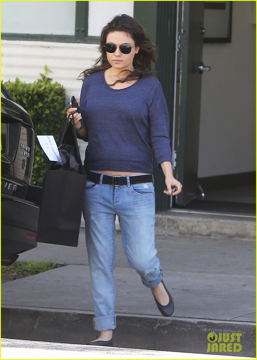 mila kunis steps out after pregnancy news 05