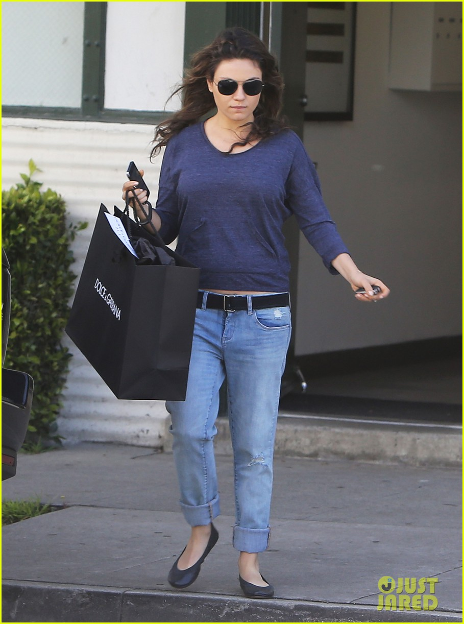 mila kunis steps out after pregnancy news 08