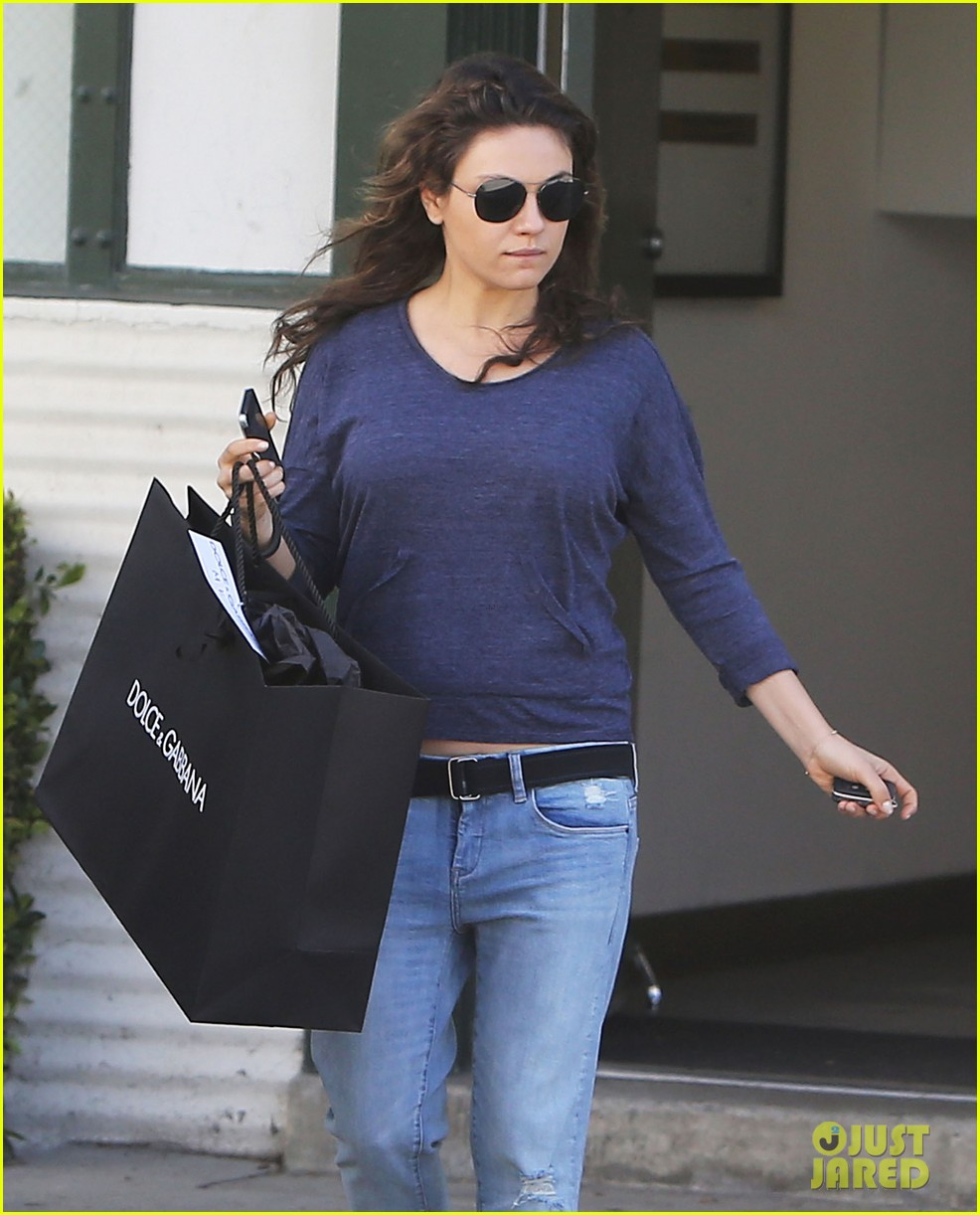 mila kunis steps out after pregnancy news 10