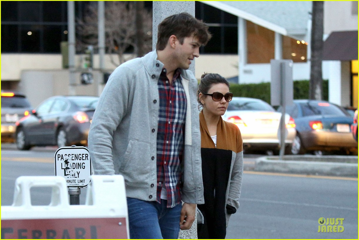ashton kutcher mila kunis grab dinner as newly engaged couple 02