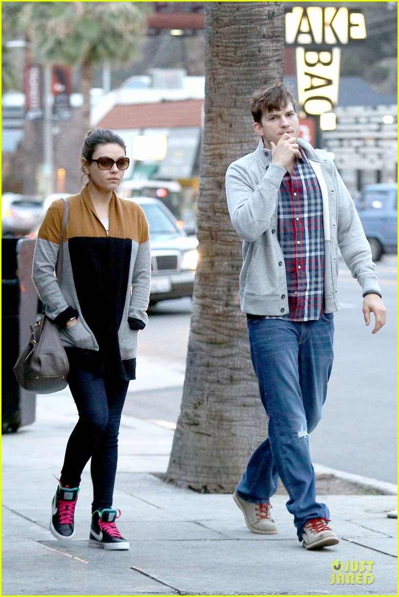 ashton kutcher mila kunis grab dinner as newly engaged couple 06