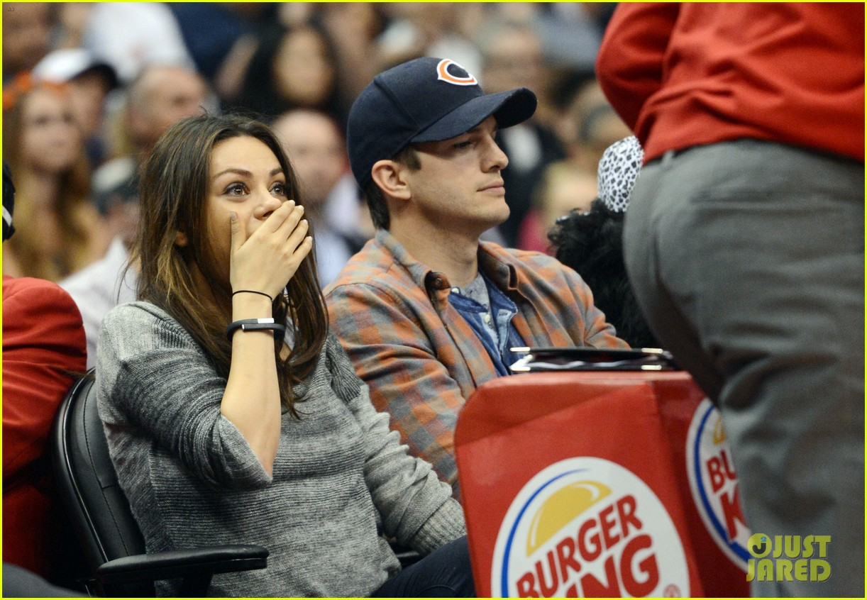ashton kutcher mila kunis kiss cam lakers video 033077161